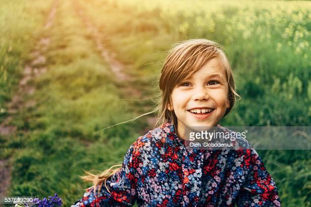 Kleines Mädchen im Feld