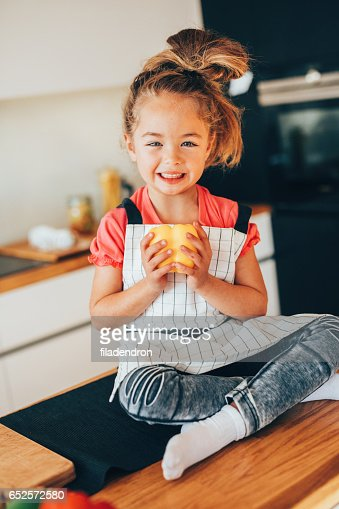 Little girl in the kitchen : Stock-Foto