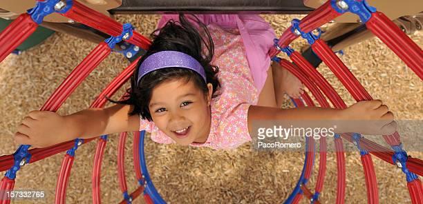 Petite fille sur l'aire de jeu