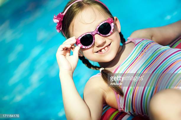 Kleines Mädchen im pool