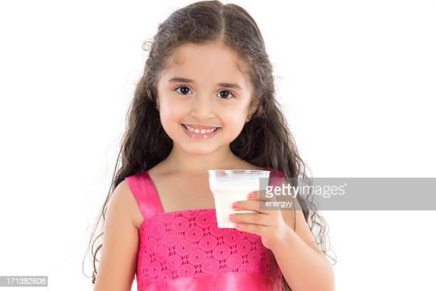 Petite fille, boire du lait