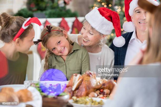 Meisje is in verlegenheid gebracht door verhaal tijdens het kerstdiner