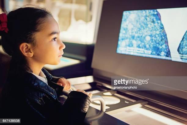 Kleines Mädchen sucht eine Ausstellung