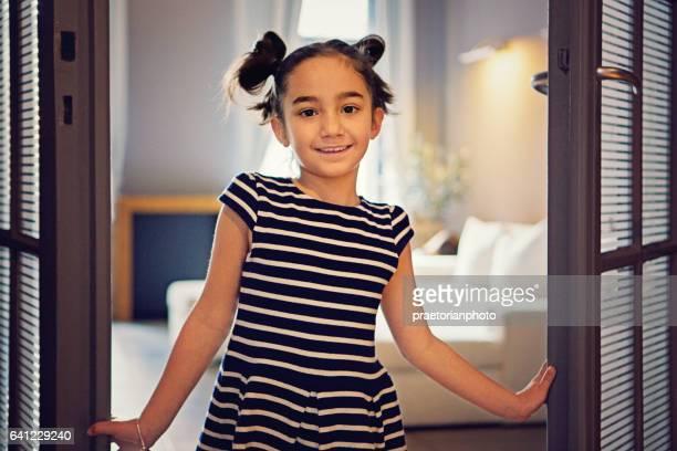 Kleines Mädchen ist die Wohnzimmertür öffnen.
