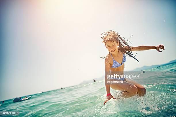 小さな女の子をジャンプの海