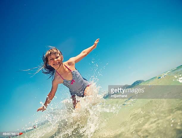 Bambina saltare in mare