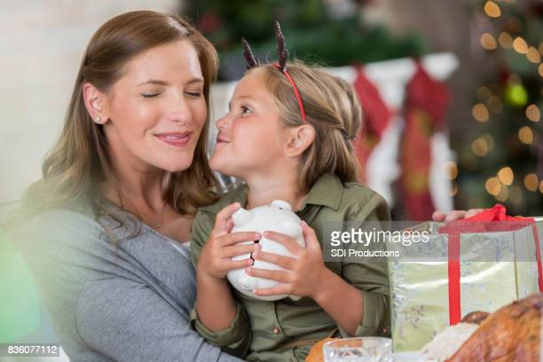 Meisje kussen moeder in Bedankt voor kerstcadeau