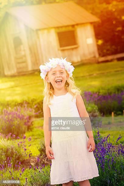 Kleines Mädchen lachen in einem Lavendel-Feld in der Nähe einer Scheune