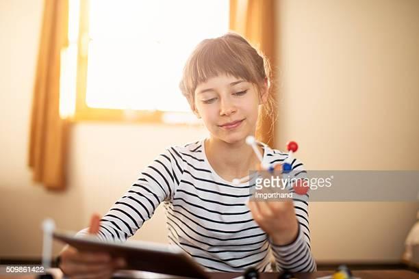 Kleines Mädchen lernen Chemie mit atom-Modelle