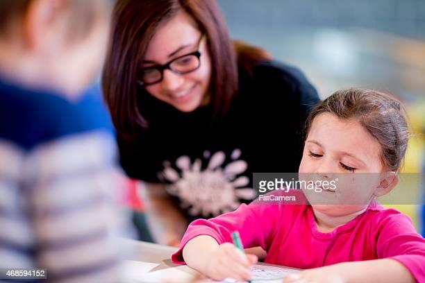 Menina aprendendo a desenhar