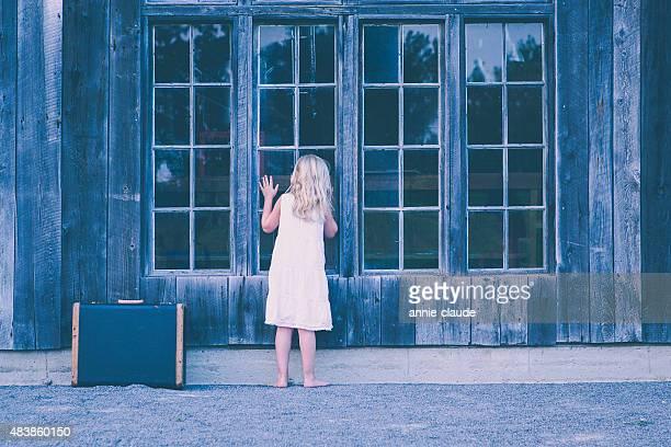 Kleines Mädchen auf der Suche in einem verlassenen Kabine