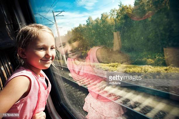 Kleines Mädchen schaut aus dem Fenster