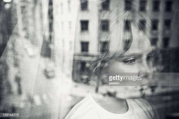 少女の窓の外にございます。