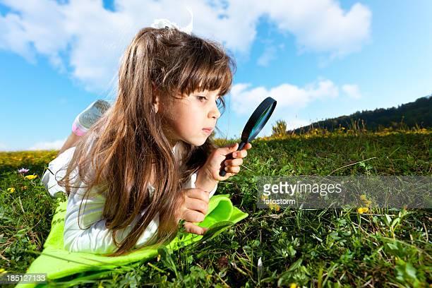 Kleines Mädchen Blick durch die Lupe