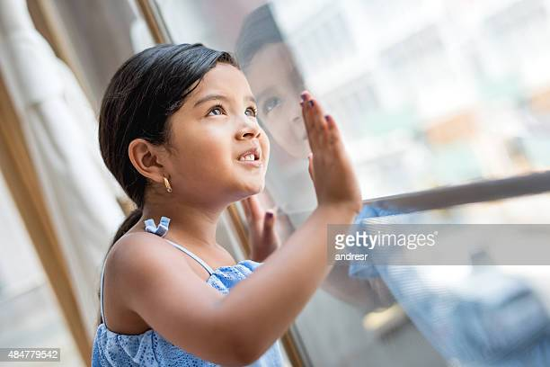 小さな女の子窓辺