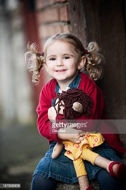 Kleines Mädchen lieben ihre Puppe