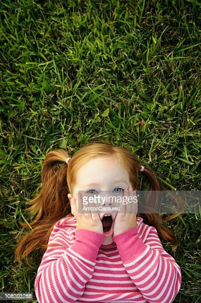 草の上に横たわる少女を驚くスタイル