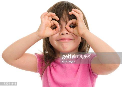 Petite fille fait doigt Lunettes de vue