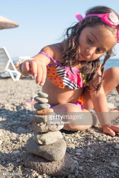 Kleines Mädchen, dass Gleichgewicht