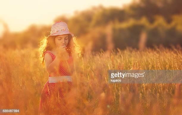 Kleines Mädchen auf der Wiese