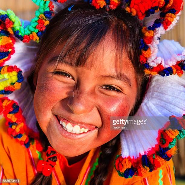 Little girl on flotantes de Uros island, el lago Tititcaca, Perú