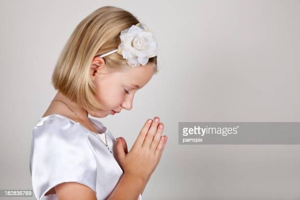 Piccola ragazza o un bambino con bianco e pregare Profilo laterale