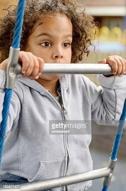 Kleines Mädchen (4-5) in dem Spielplatz