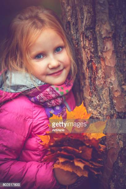 Kleines Mädchen im Freien im Herbst