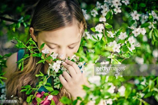 Kleines Mädchen im Freien in Frühling