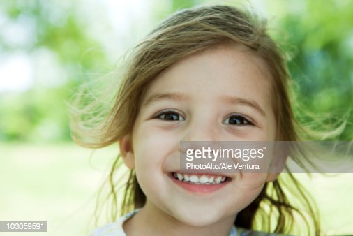 Little girl outdoors, portrait : Stockfoto