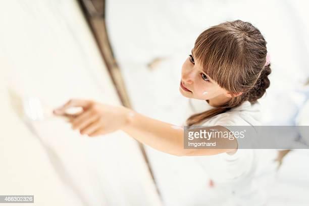 Bambina dipinto di camera