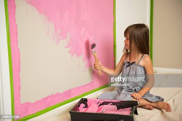 Kleines Mädchen Gemälde in Ihrem Zimmer-pink