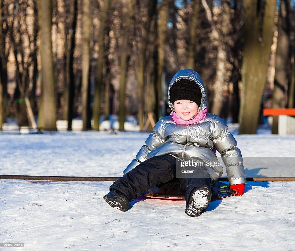 Niña jugando al aire libre en invierno : Foto de stock