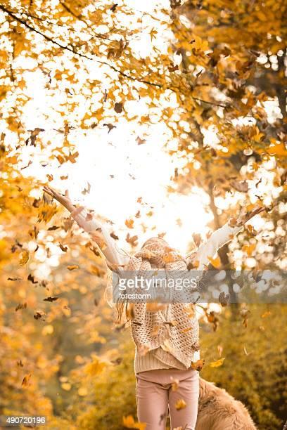 Petite fille jouant avec l'automne Les feuilles dans le parc