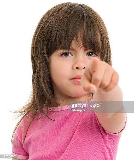 Kleines Mädchen zeigt auf die Kamera.