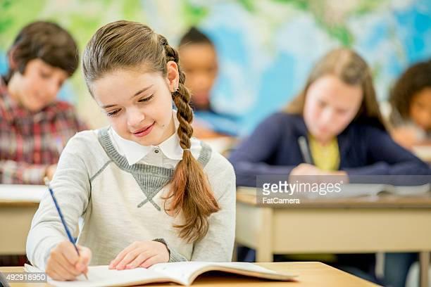 Petite fille pratiquant son Écriture manuscrite
