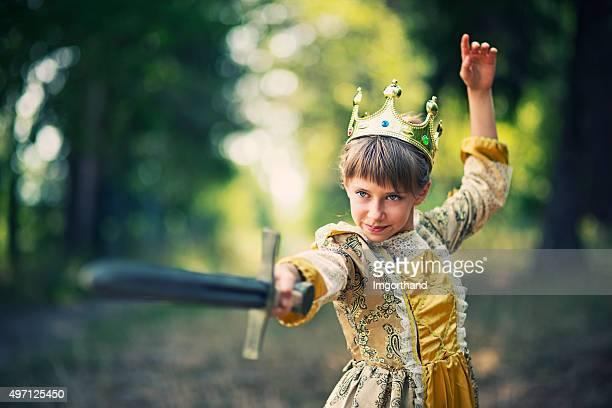 Rapariga praticar swordplay-Princesa que representativo de guardar