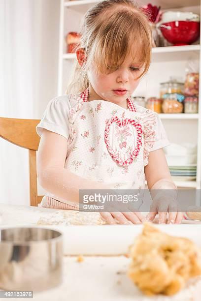 Kleines Mädchen, die Vorbereitung von Cookies in der Küche