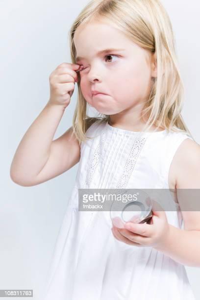 Kleines Mädchen putting-make-up auf