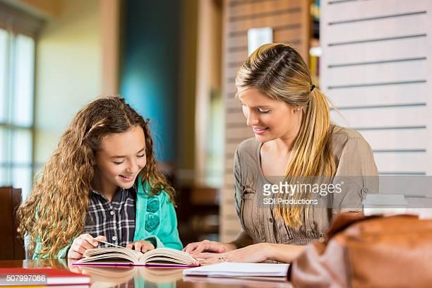 Kleines Mädchen Lesung während Homeschool Kurs oder Nachhilfe Sitzung
