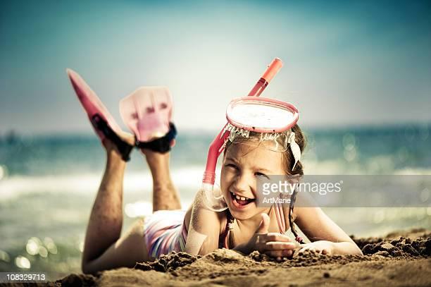 Petite fille prêt pour la plongée avec masque et tuba