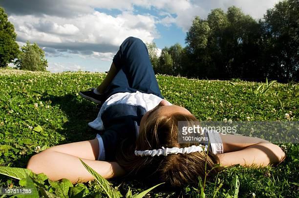 Kleines Mädchen Entspannen auf der Wiese