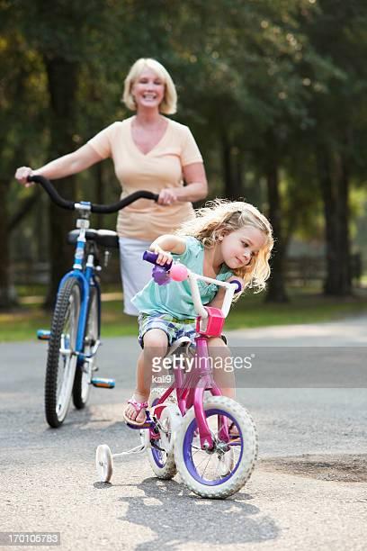 Bicicletta di equitazione piccolo ragazza con la nonna