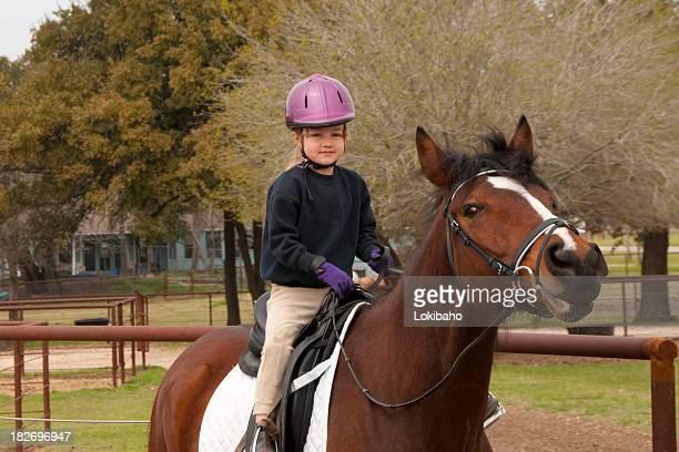 Kleines Mädchen Reiten Pferd