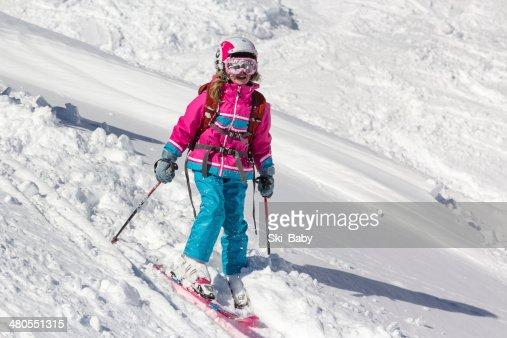 Little girl esquiador en la nieve profunda : Foto de stock