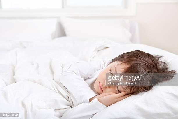 Petite fille dormant dans un lit