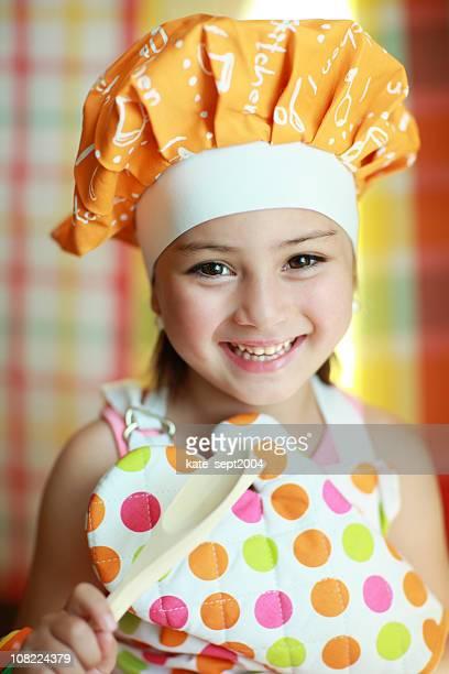 Bambina sorride e cucina
