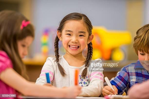 Bambina sorridente in classe