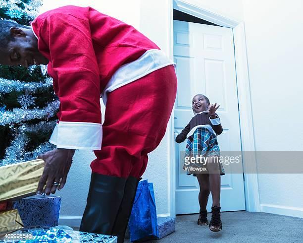 Petite fille derrière le père Noël porter au quotidien