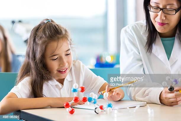 Kleines Mädchen studieren-Molekül lehrreiche model in science-Klasse